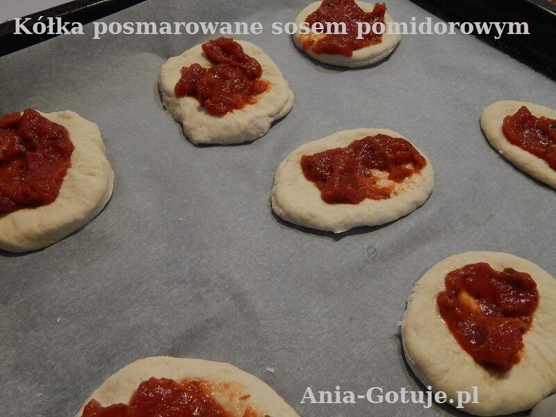 Pizzerinki posmarowane sosem