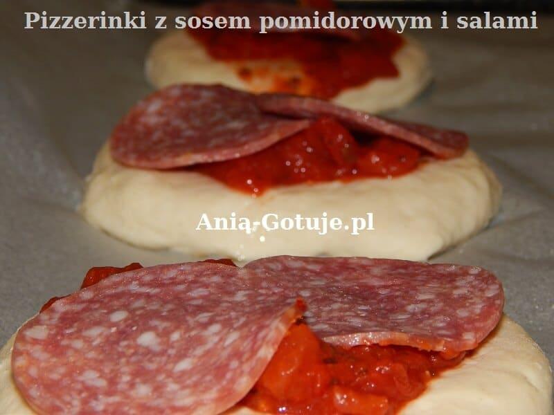 Pizzerinki z sosem i salami