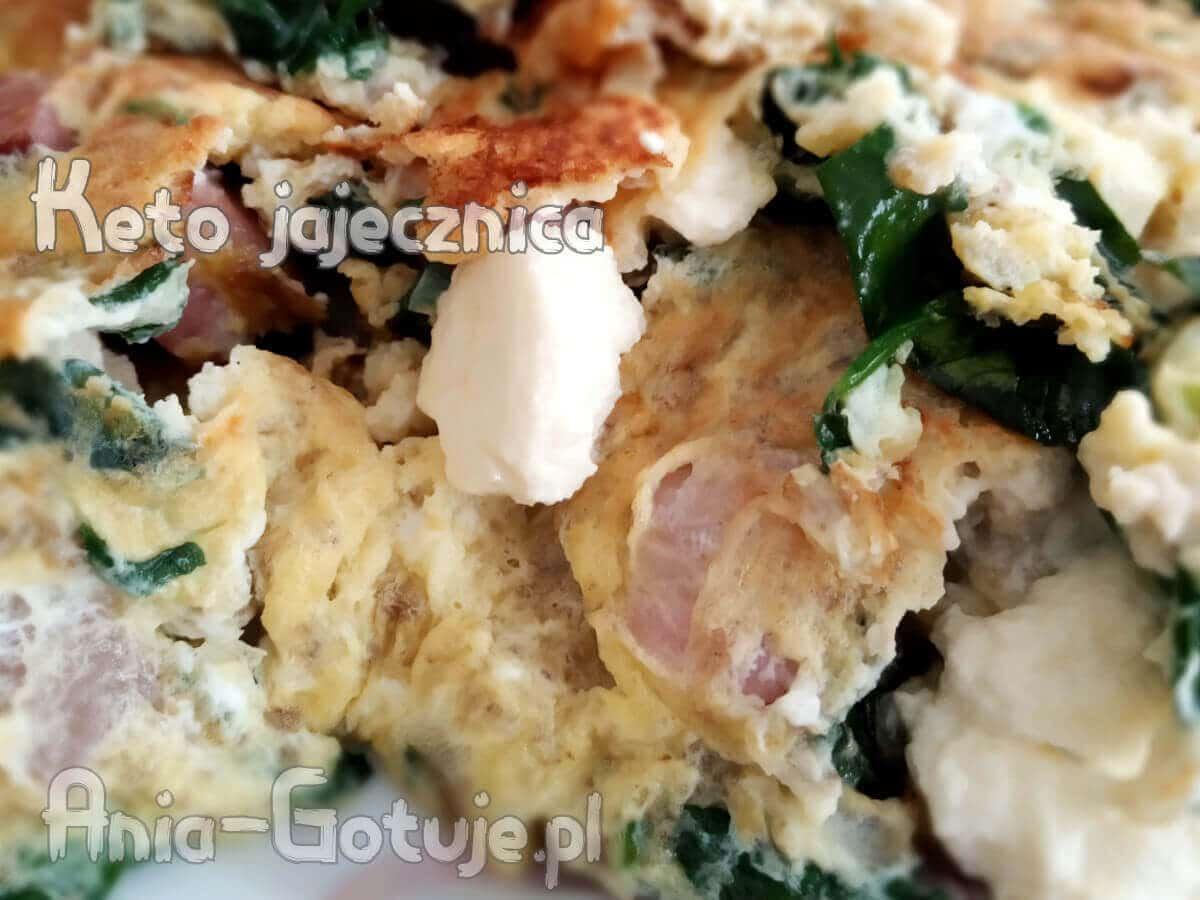 keto jajecznica z boczkiem fetą i szpinakiem