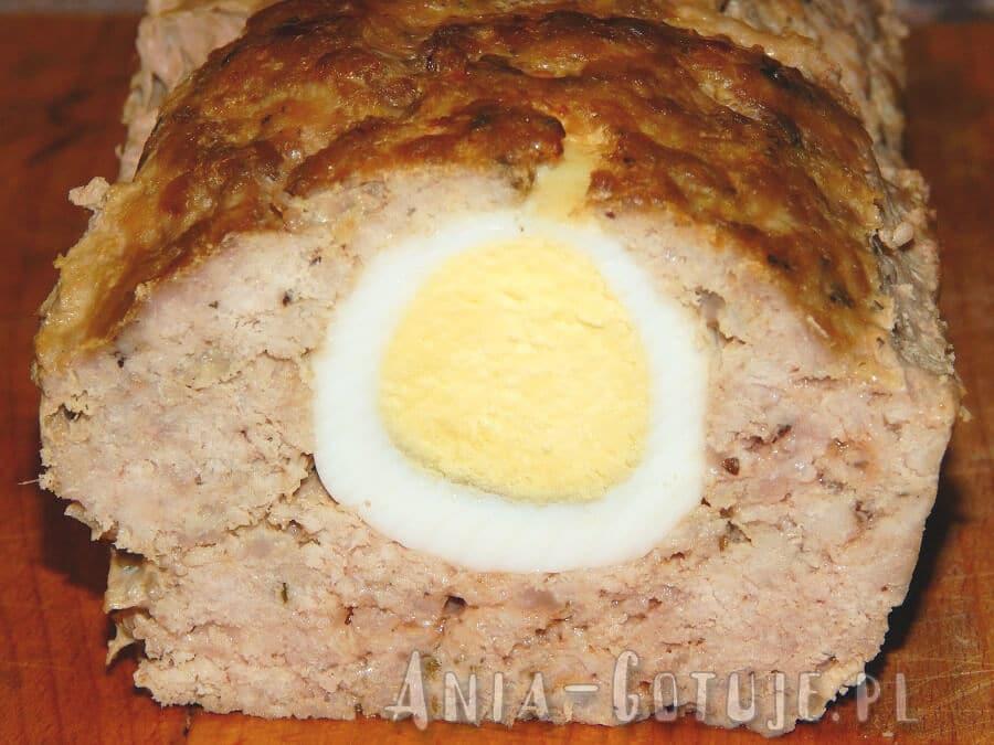 klasyczna pieczeń rzymska z jajkiem po krzekrojeniu
