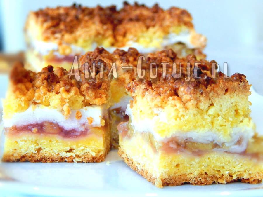 ciasto z rabarbarem bezą i kruszonką w tle duża blacha