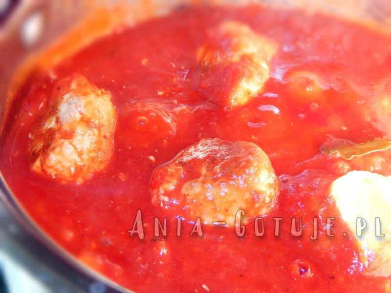 gotuję pulpety w sosie pomidorowym