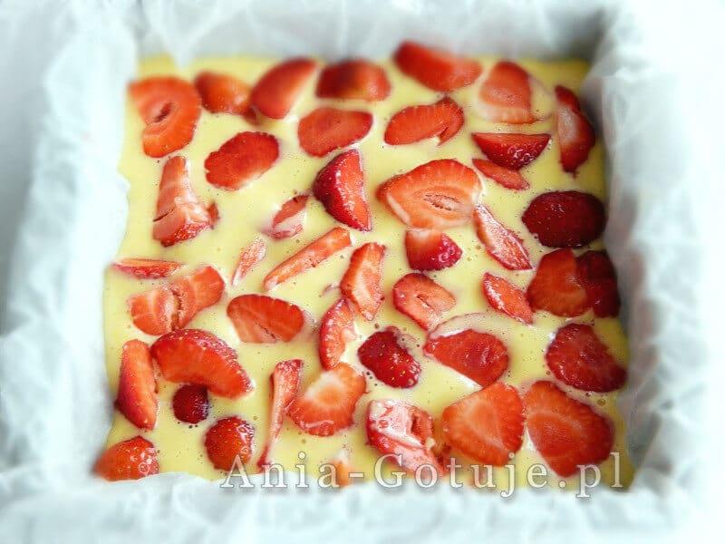 układam truskawki na masie ciasta