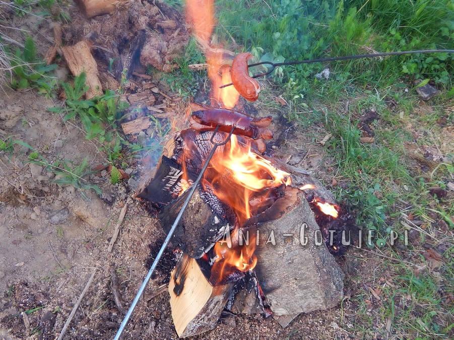 pieczenie kiełbasy na ognisku