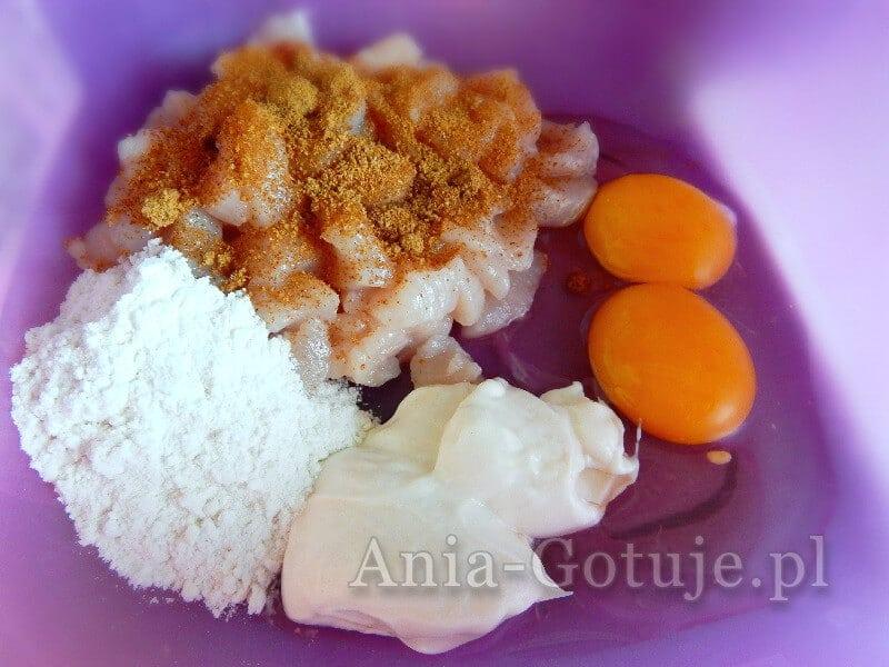 składniki na siekane kotleciki z piersi kurczaka