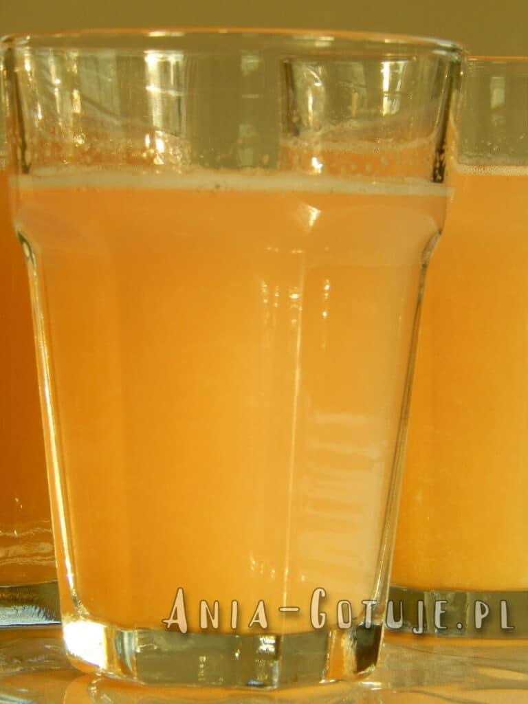 szklanka kompotu z rabarbaru