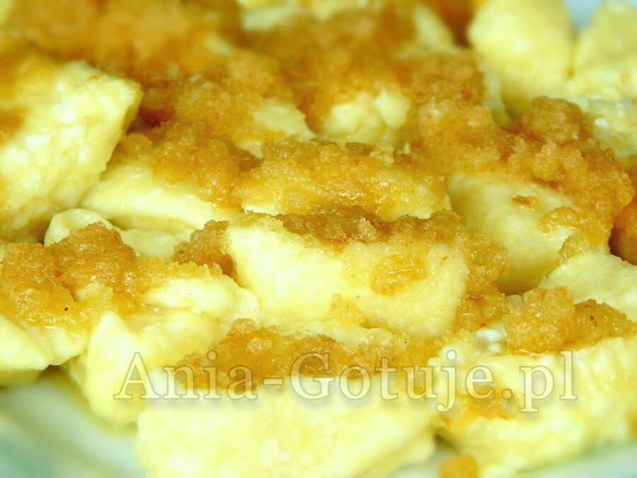 Na zdjęciu kopytka z serem polane bułka tartą